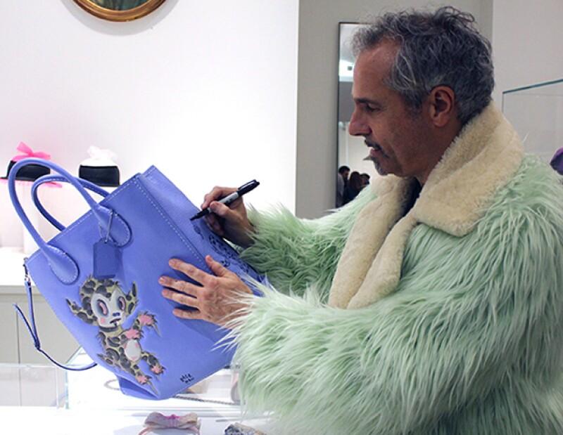 Gary Bearman interviniendo una de sus creaciones para Coach.