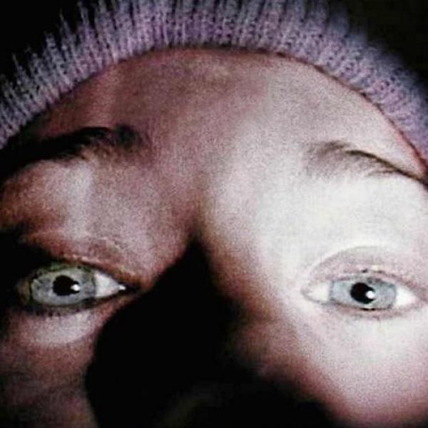 Un viaje, tres estudiantes, un bosque árido, y misteriosas desapariciones, todo narrado en forma de documental. Este escenario atrapó a millones de espectadores en 1999 y sorprendió a los críticos ...