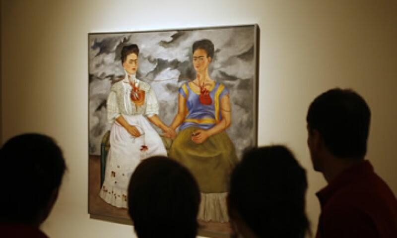 El nombre de la muestra hace alusión a la influencia que la obra literaria Alicia en el país de las maravillas, de Lewis Carroll, tuvo sobre muchas de las artistas incluidas en la exposición.  (Foto: AP)