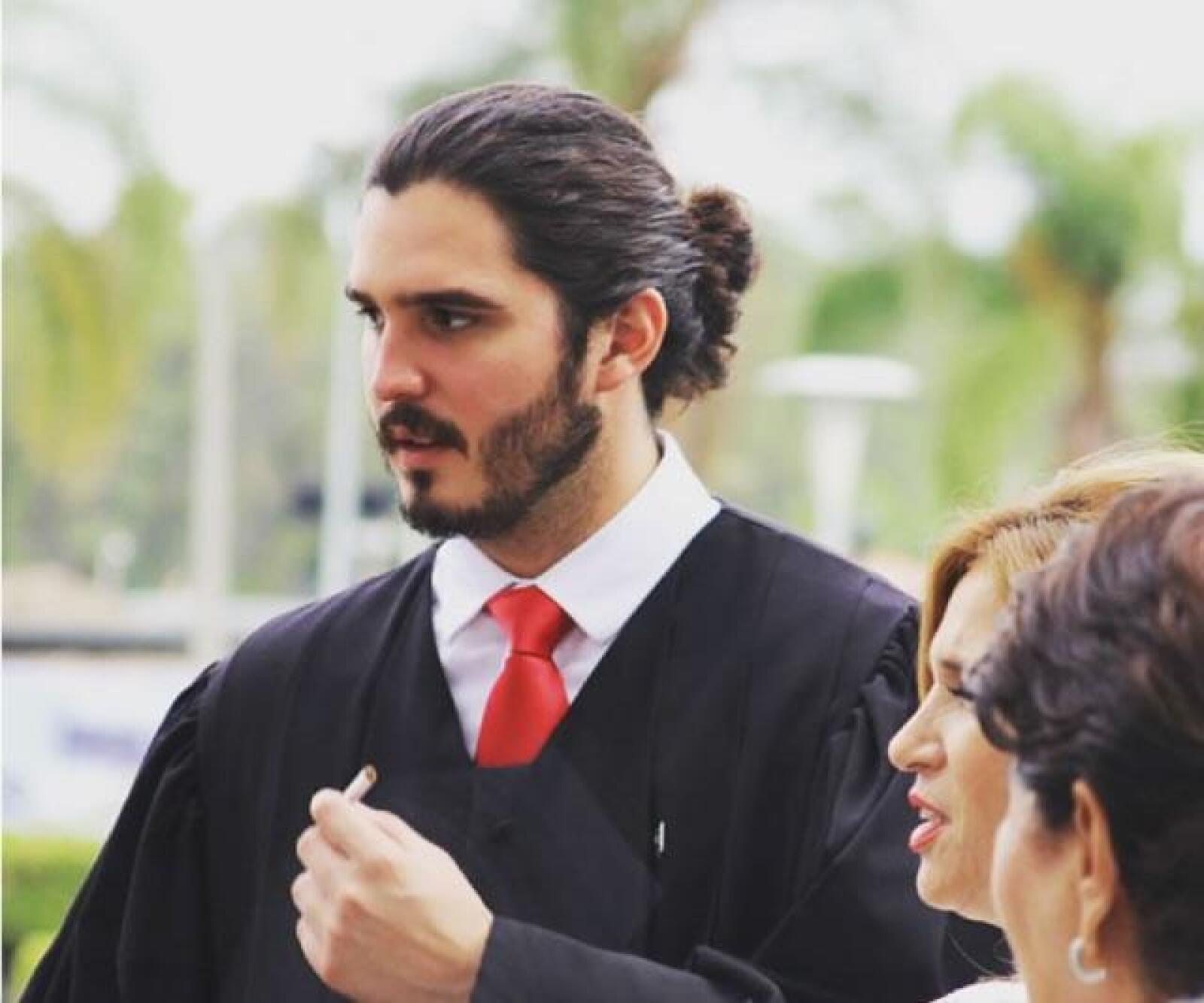 César Bastidas - A Cesar no le basta con solo vestirse bien, si no que sabe combinar a la perfección cuando dejarse el bigote para cada ocasión.