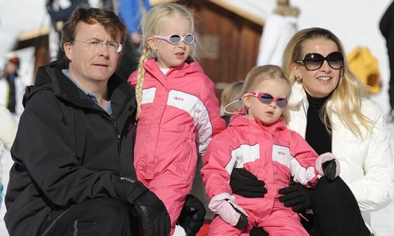 Aquí el príncipe Friso con su esposa Mabel y sus hijas Luana y Zaria durante sus vacaciones del año pasado.