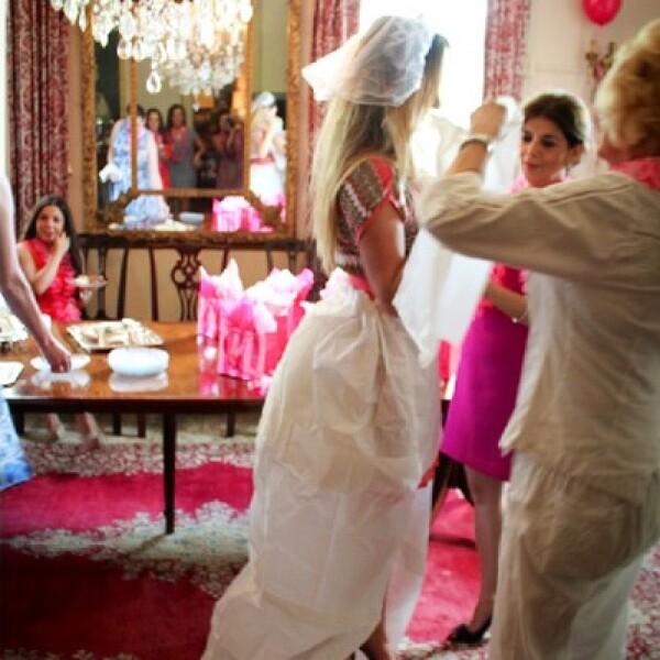 Las asistentes ayudaron a crearle un vestido de novia de papel.
