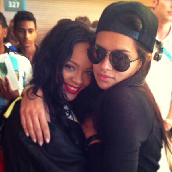 Estrellas internacionales se dieron cita en el esperado encuentro. Rihanna se fotografió junto a Adriana Lima.