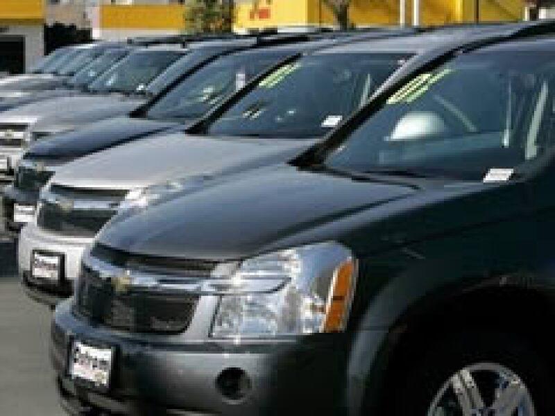Automotrices como GM tuvieron que hacer despidos y recortes de producción. (Foto: AP)
