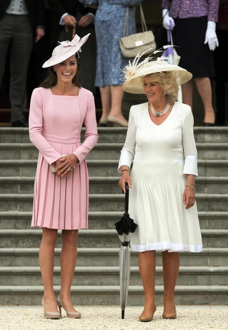 Kate Middleton asistió a la fiesta del té sin Guillermo, él se encuentra en servicio al norte de Gales. Aquí con su suegra, la Duquesa de Cornualles..