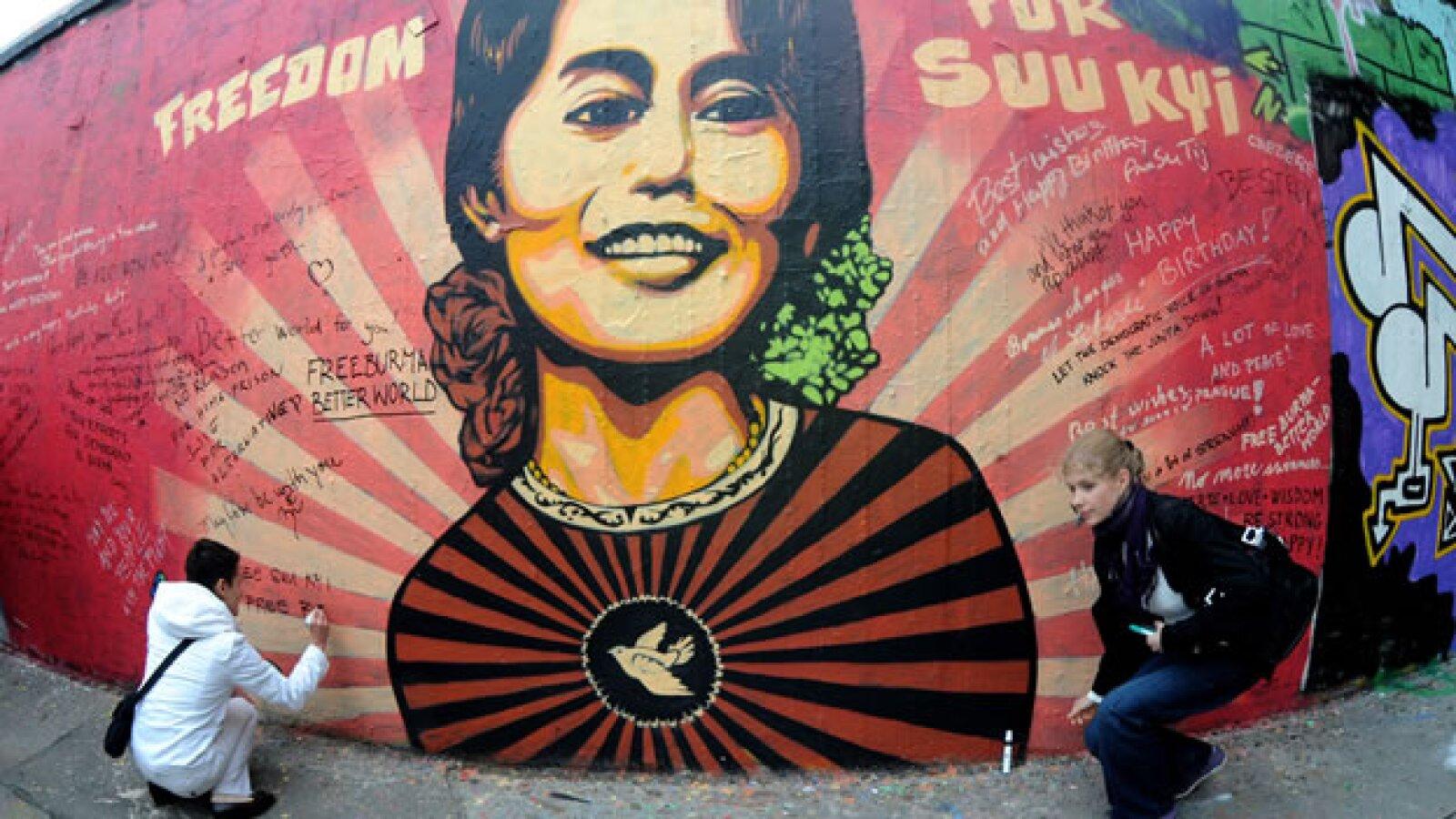 Activistas dejan mensajes en un graffitti en República Checa