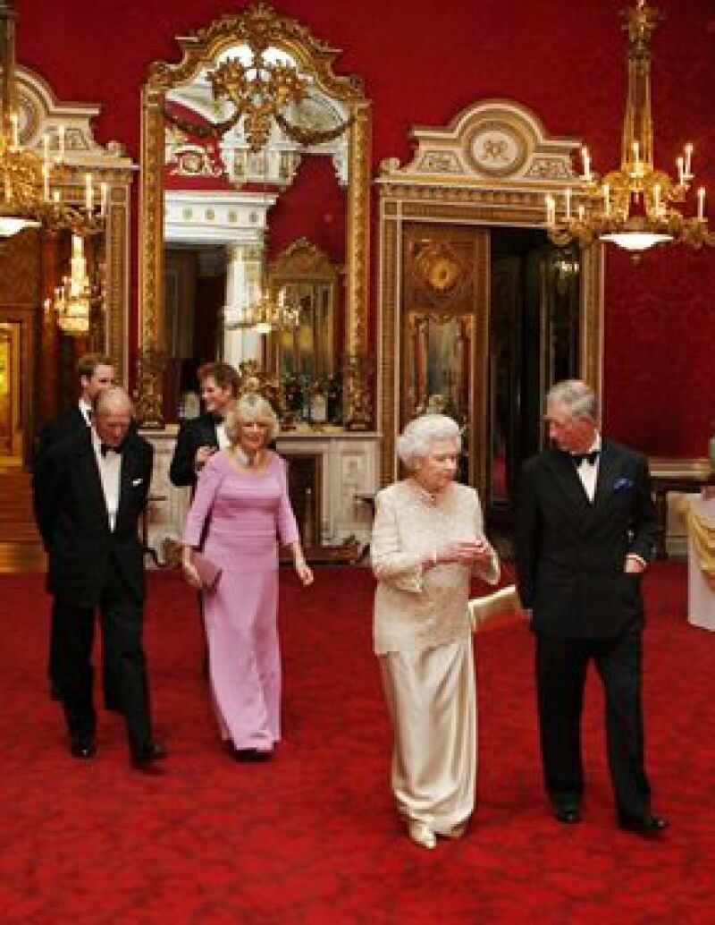 El heredero a la corona británica continúa los festejos por su cumpleaños, ayer por la noche su madre, la reina Isabel II, organizó una cena de gala en el palacio de Buckingham.