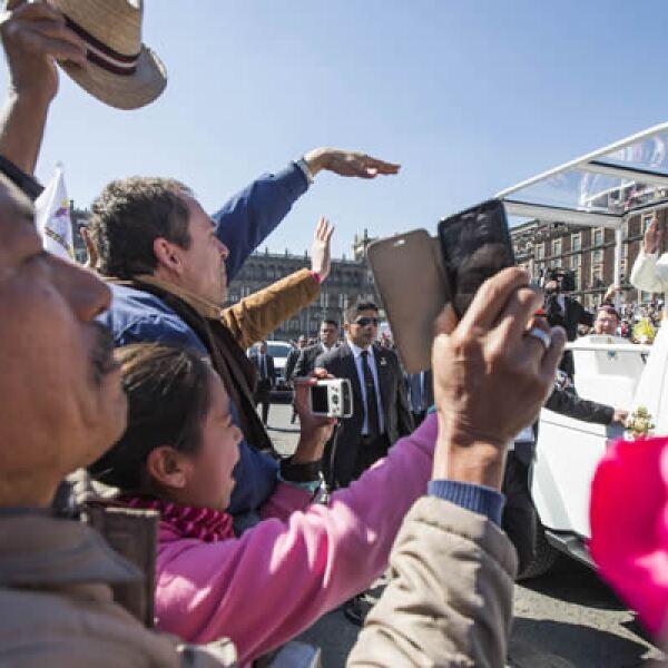 Los fieles aprovecharon el paso del papa para llevarse una imagen del pontífice en sus celulares.