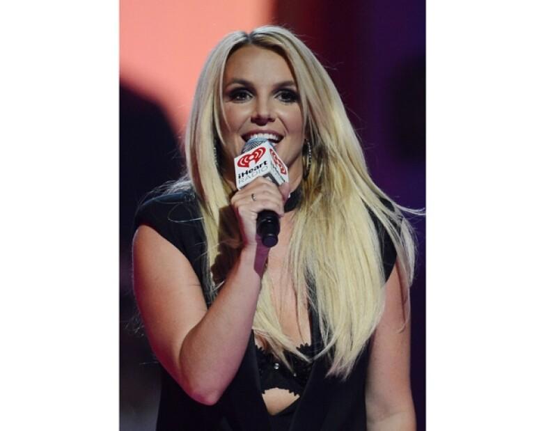 Spears ha recibido bastantes críticas debido a que podría no cantar en vivo; muchos fans aseguran que es indignante pero es su mismo representante quien aseguró ella se está preparando.