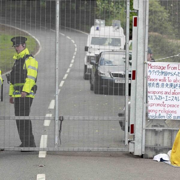 En los actos de protestas también hay budistas, que se manifiestan frente a la malla de seguridad que rodea la cumbre del G8.