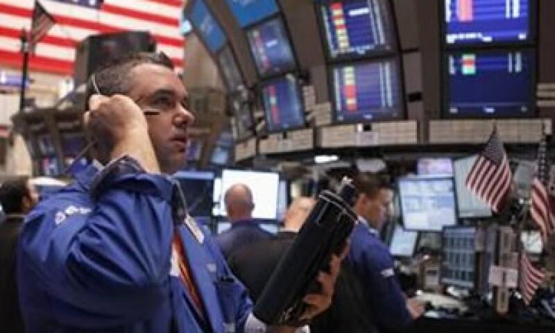 Los operadores de Wall Street comenzaron la jornada de este lunes con temores sobre un recorte de la nota de los bancos franceses. (Foto: Reuters)