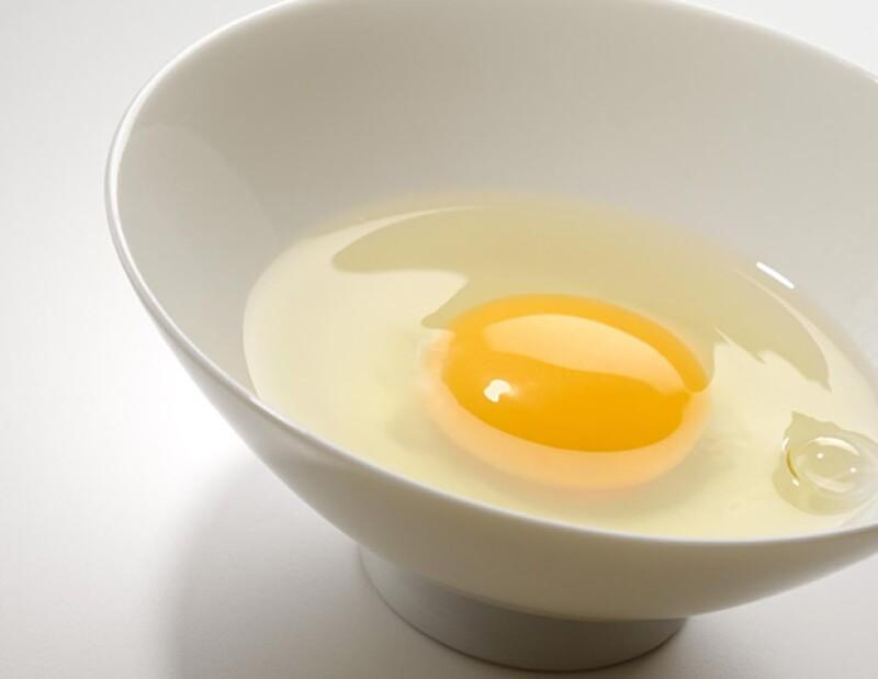 Las claras de huevo ayudan a deshacer el exceso de aceites en la piel.