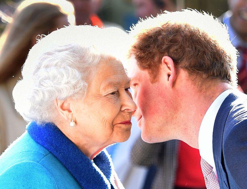 Reina Isabel II y príncipe Harry
