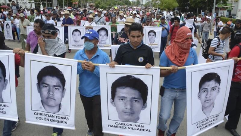 Cientos de estudiantes, familiares, maestros y simpatizantes en una marcha el viernes pasado para solicitar la aparición de normalistas de Ayotzinapa