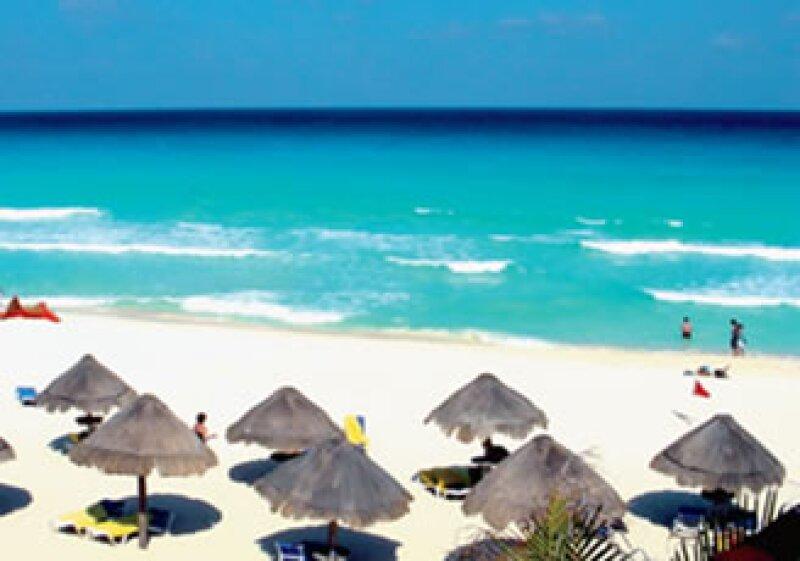 Cancún ha perdido una tercera parte de la arena que ha sido llevada al lugar desde otras playas. En 2005 el huracán Wilma destruyó varias playas. (Foto: Especial)