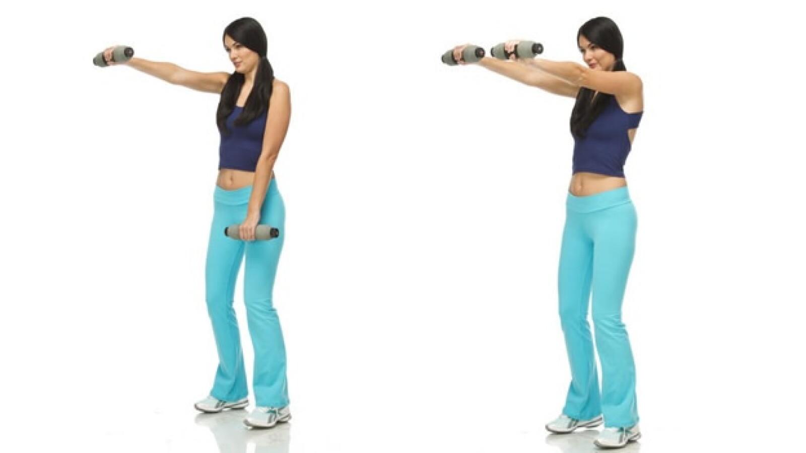 2. De pie, con las mancuernas al frente de los muslos con los brazos flexionados. Sube los brazos hacia el frente a la altura de la cara, baja y repite
