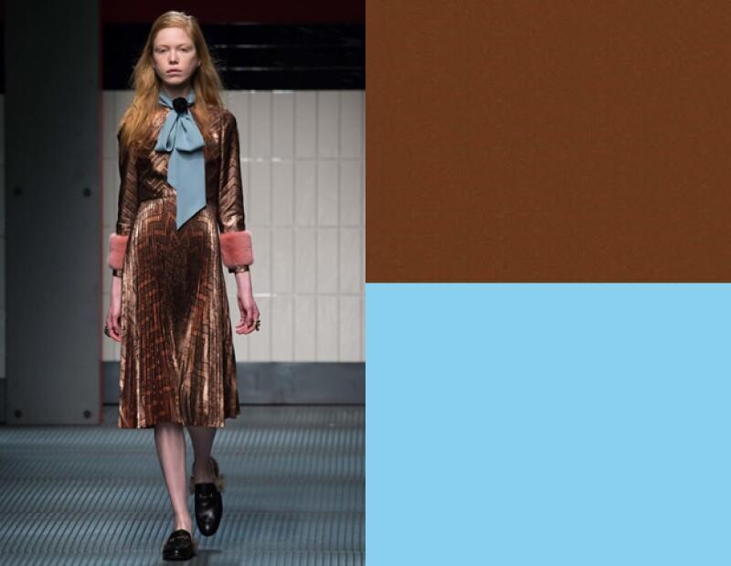 Gucci propone complementar tonos marrón con piezas en azul cielo.
