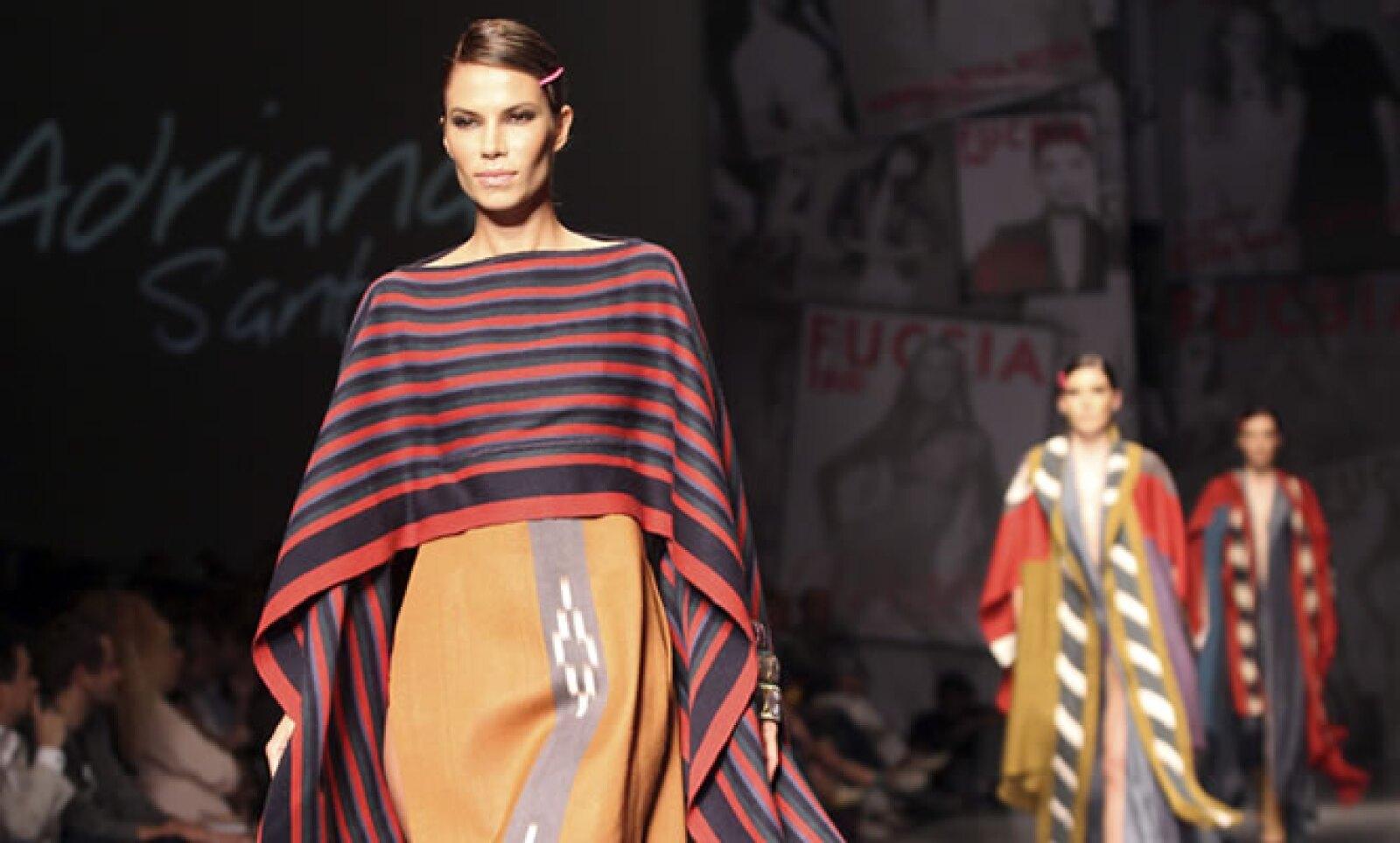 El cierre fue para la marca colombiana de ropa Santacruz, la cual recibió los aplausos por su elegancia y estilo.
