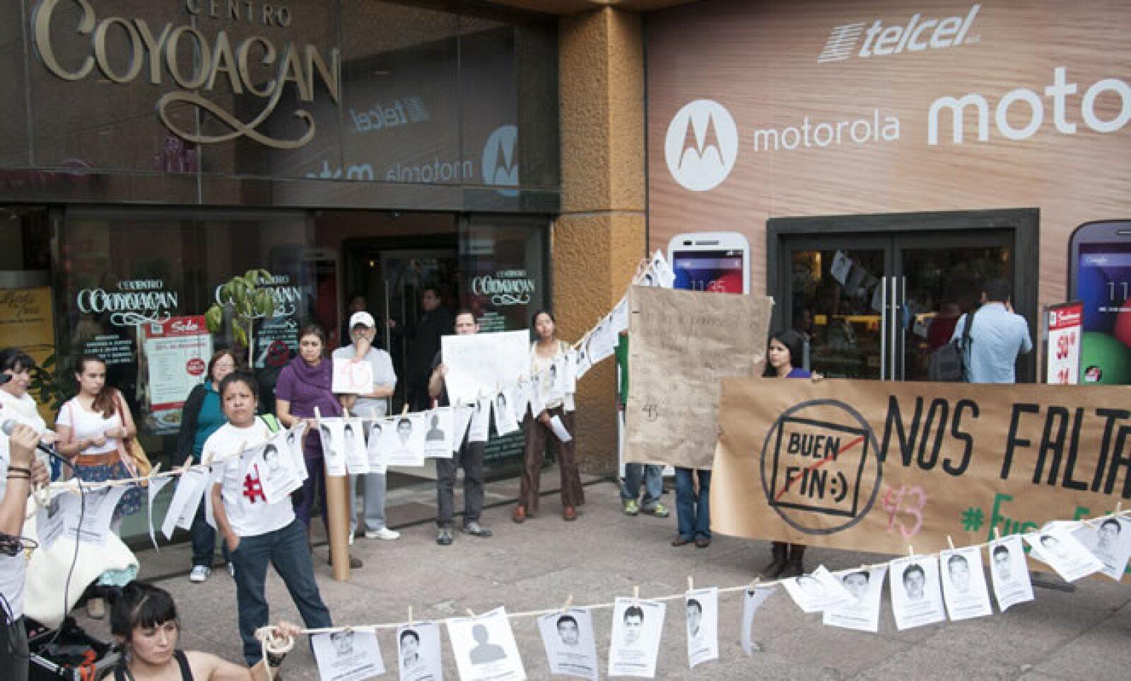 En centros comerciales del Distrito Federal, como Centro Coyoacán, grupos de personas se manifestaron pacíficamente con pancartas y consignas para exigir solución a la desaparición de los normalistas.