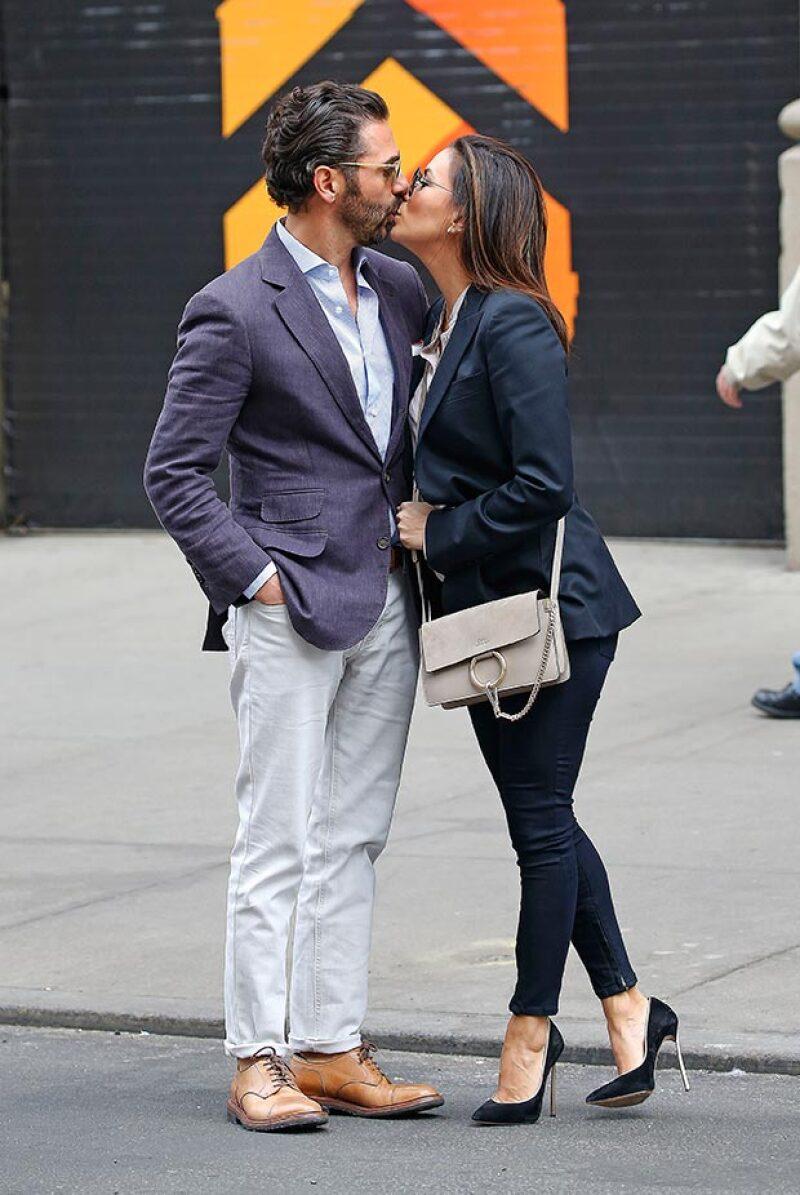 """La pareja fue fotografiada en medio de besos y muestras de cariño, afuera del Public Theatre, tras ver el musical """"Hamilton""""."""