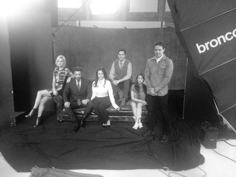 La familia presidencial y el director de la película en una foto grupal promocional.