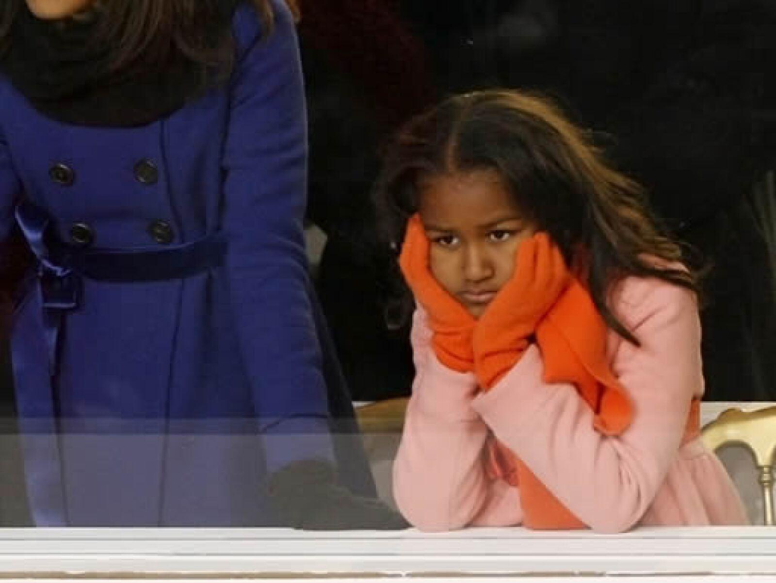 Sasha, hija de Barack Obama, observó así el desfile inaugural realizado en Washington.