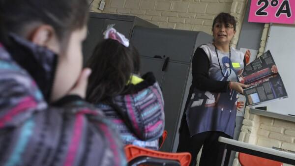 Reforma educativa - salón de clases - maestro - alumnos