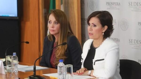 Paula Hernández (izquierda) titular de Prospera, y la secretaria de Desarrollo Social, Rosario Robles