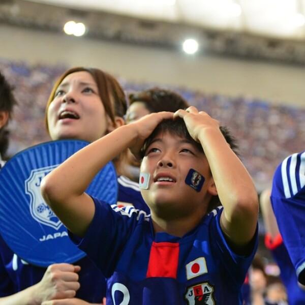 En Tokio, Japón, los seguidores de la selección nacional observan como su equipo cae ante Costa de Marfil