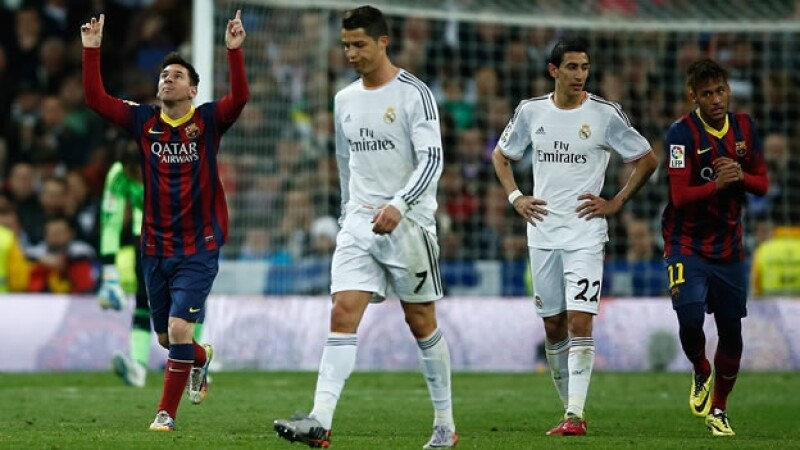 Lionel Messi (extrema izquierda) celebra su 'hat-trick'