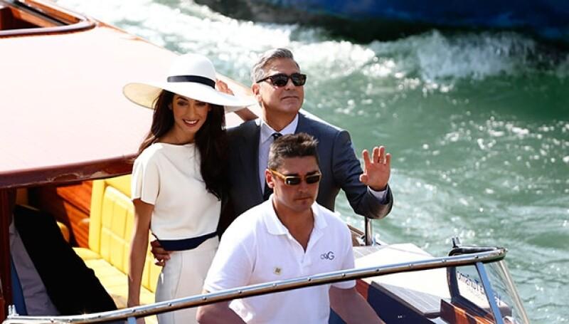 La pareja llegó en la misma embarcación que la transportado desde que iniciaron los festejos por su boda.