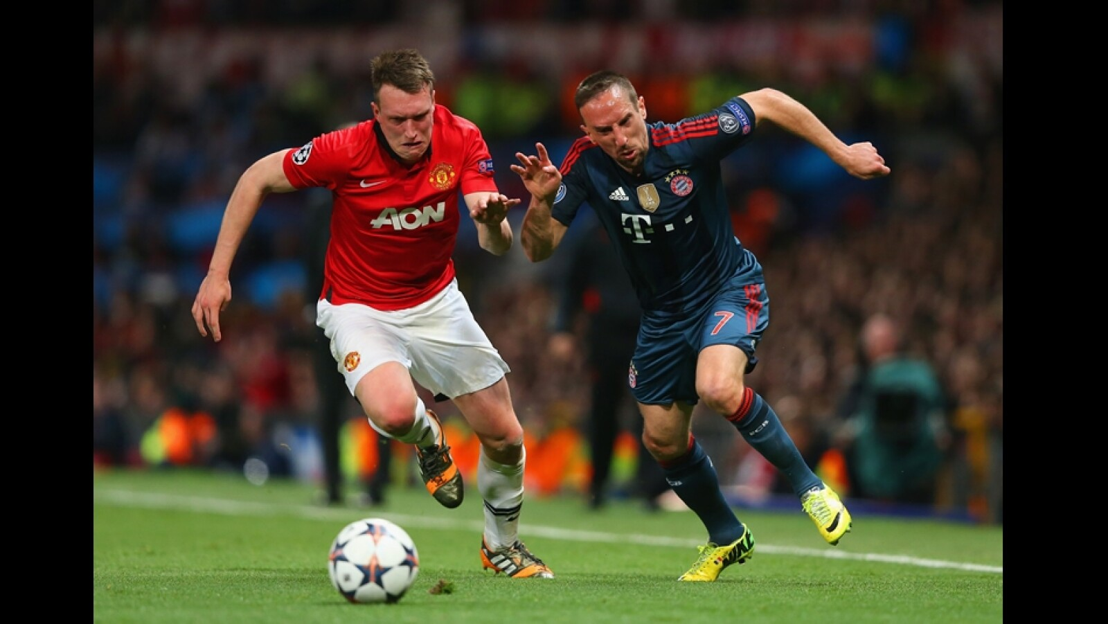 Phil Jones de Manchester United y el francés Franck Ribery de Bayern Munich