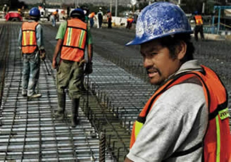 Un trabajador labora en la carretera Ecatepec-Río de los Remedios, construida por ICA. (Foto: Alfredo Pelcastre / Mondaphoto)