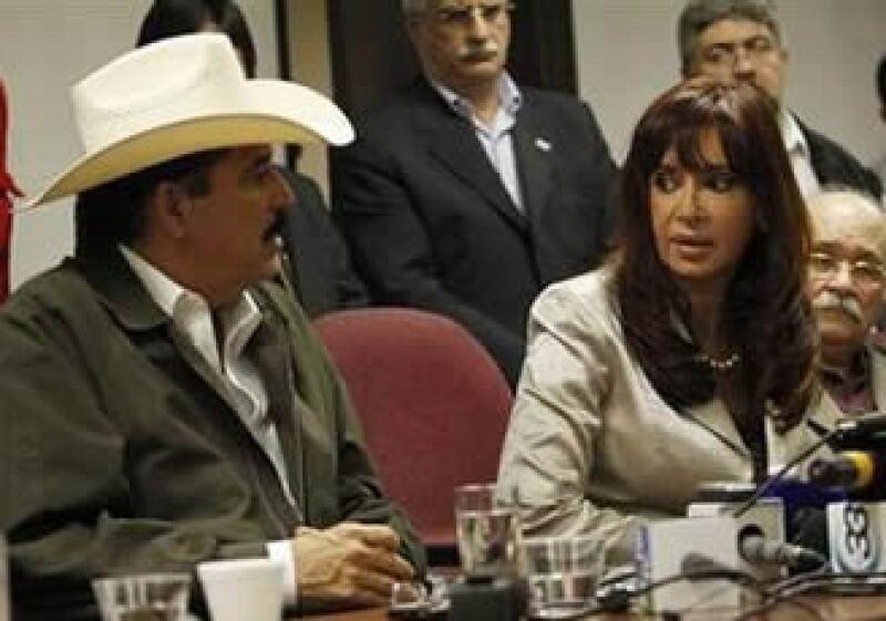 Manuel Zelaya (izq.) fue acompañado por la presidenta argentina, Cristina Fernández, en su fracasada tentativa de volver a Honduras. (Foto: Reuters)