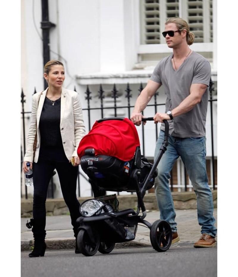 La esposa de Chris Hemsworth compartió detalles de cómo ha tomado su otra hija la llegada de sus hermanitos, así como su experiencia con la lactancia la primera vez que fue madre.