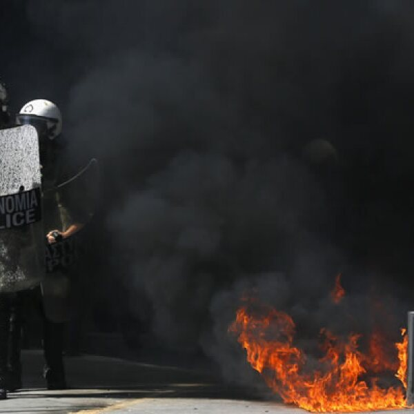La policía lanzó gases contra los jóvenes, que repelían con cocteles molotov y piedras.