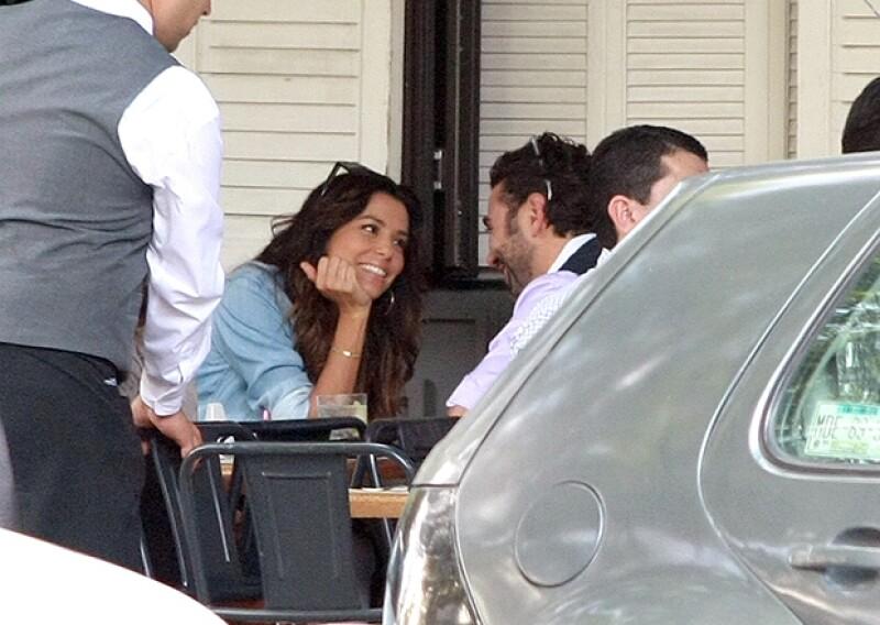La guapa actriz y el empresario mexicano fueron captados súper cariñosos en un restaurante de la Ciudad de México este viernes por la mañana.