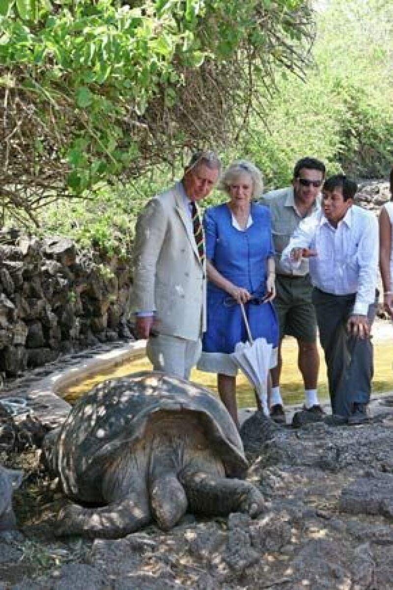 El heredero a la corona británica y su esposa, Camilla, visitaron el parque de la Fundación Charles Darwin (FCD) en la isla galapagueña de Santa Cruz.