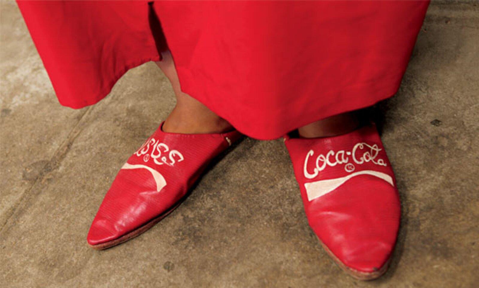 Un miembro del escuadrón de Coca-Cola en Casablanca, Marruecos, vistiendo pantuflas hechas a la medida.