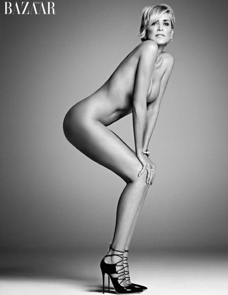 She still got it! La famosa actriz hollywoodense presumió su envidiable figura cubierta únicamente con unos cuantos accesorios de Tiffani & Co., y high heels de Jimmy Choo.