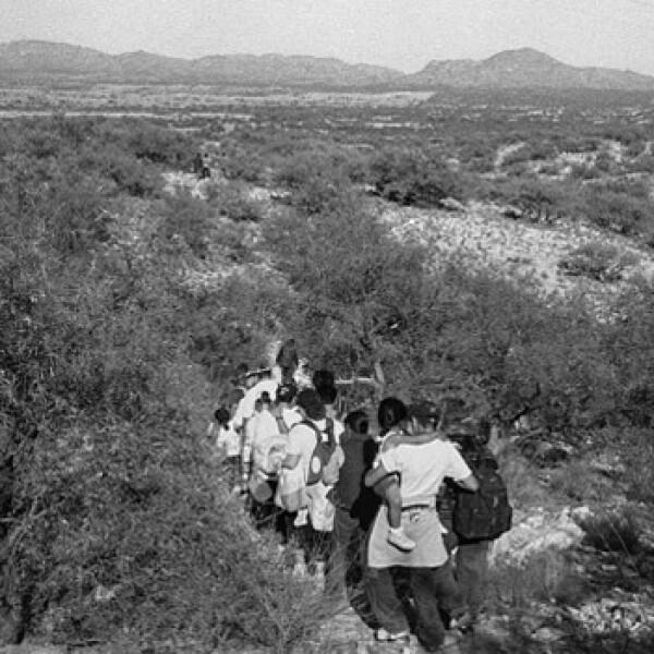 un grupo de inmigrantes cruza la frontera por sasabe, arizona