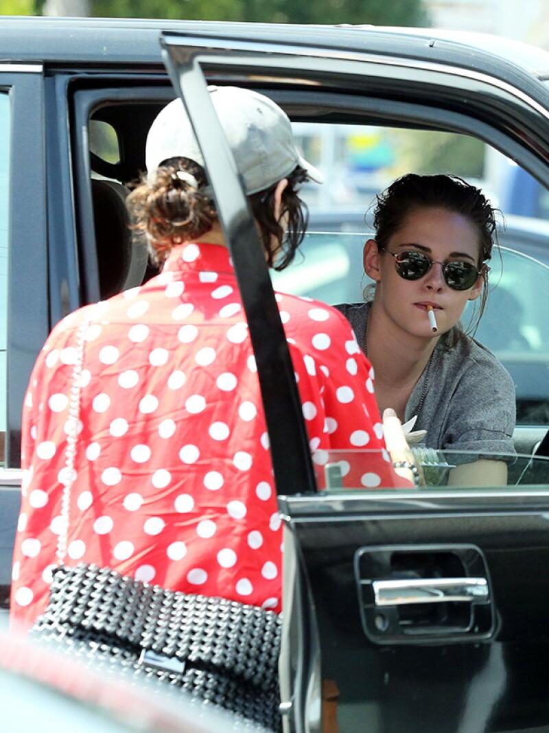 La actriz y Soko fueron vistas en un estacionamiento de Los Ángeles, donde la cantante chupó el dedo pulgar de la ex de Robert Pattinson.