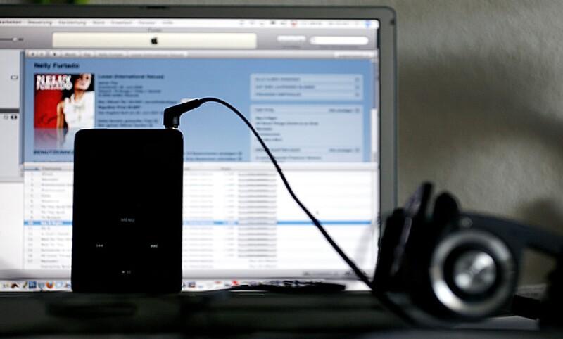 La tienda de música y video de Apple empezó a vender contenidos este lunes, las canciones cuestan 12 pesos, los videos 24 y los álbumes 120.