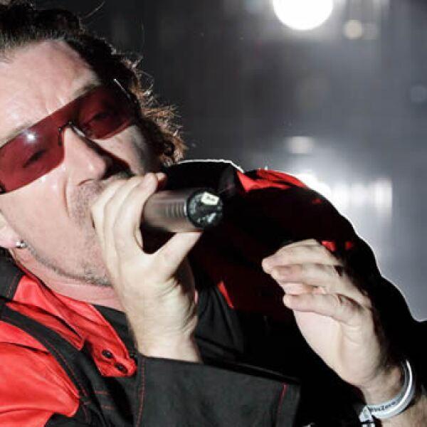 El cantanto Bono del grupo irlandés U2 canta hoy, domingo 14 de agosto, durante el concierto ofrecido en el estadio Alvalade XXI en Lisboa,