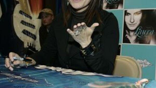 La cantante italiana estuvo en el sur de la ciudad conviviendo con fans en la preventa de su nuevo disco.