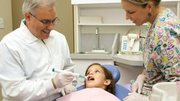 Para que puedan preservarsle las células dentales el odontólogo debe seguir un procedimiento de conservación una vez que extrae el diente. (Foto: AP)