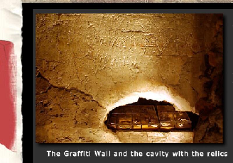 Al final del recorrido, es posible ver una serie de fotografías que muestran la evidencia de los restos: reliquias e inscripciones en griego y latín. (Foto: Especial)