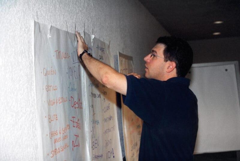 John Reuter durante la junta en la que se planearon las secciones de la revista y el nombre.