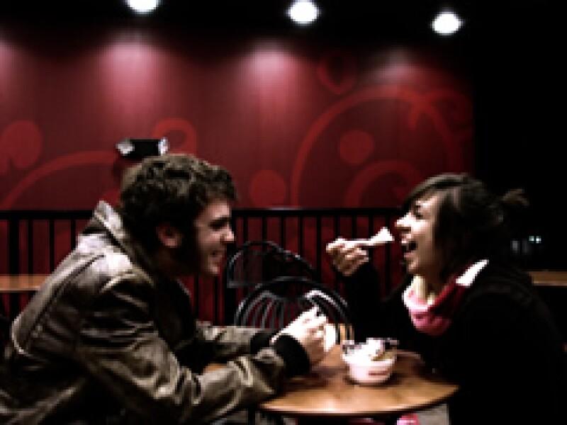 Los mexicanos gastan en promedio 328 pesos en su primera cita. (Foto: Archivo)