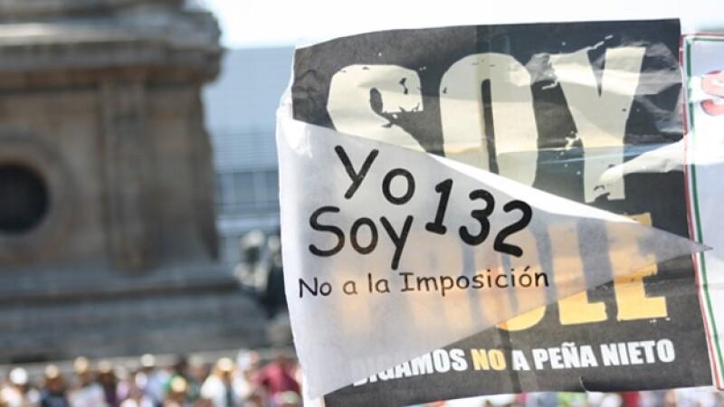 cartel de yosoy132 durante marcha anti peña nieto